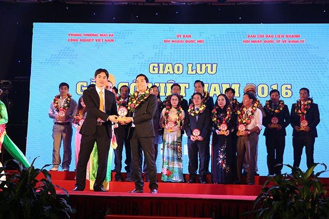 Giám đốc Nguyễn Bá Toàn đại diện cho Công ty CP tư vấn phát triển sức khỏe Việt Nam trên bục vinh danh là Doanh nghiệp tiêu biểu trong kỷ nguyên hội nhập quốc tế