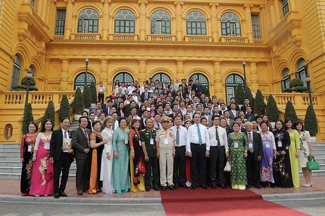 Doanh nhân Nguyễn Bá Toàn chụp ảnh cùng chủ tịch nước Trần Đại Quang tại phủ chủ tịch