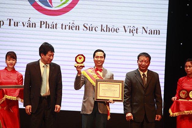 Ông Nguyễn Bá Toàn - giám đốc công ty cổ phần tư vấn phát triển sức khỏe Việt Nam lên nhận giải thưởng Top 10 thương hiệu chăm sóc sức khỏe chất lượng vàng 2016