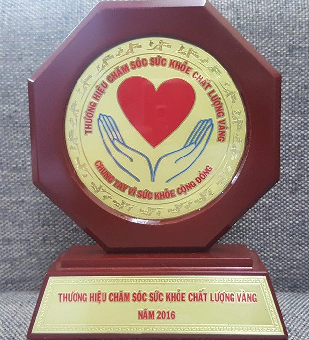Biểu trưng Top 10 chăm sóc sức khỏe chất lượng vàng 2016