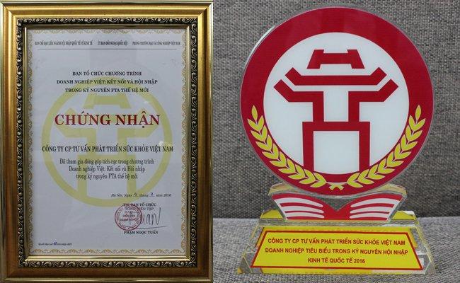 Cup và giấy chứng nhận Công ty CP tư vấn phát triển sức khỏe Việt Nam là doanh nghiệp tiêu biểu trong kỷ nguyên hội nhập kinh tế quốc tế