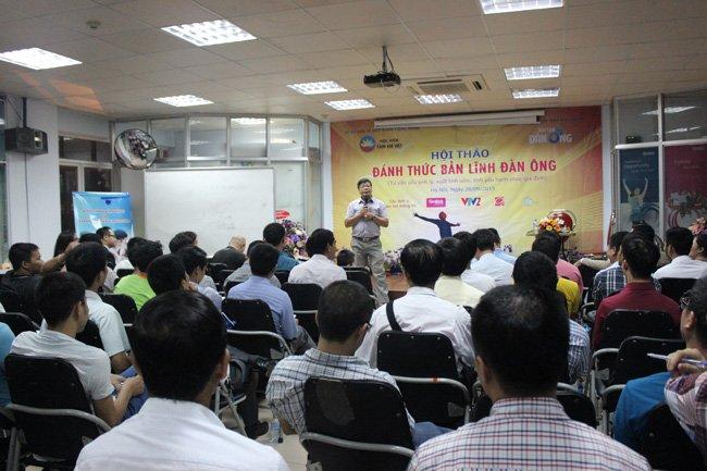 Chuyên gia tâm lý Đinh Đoàn chia sẻ trong hội thảo