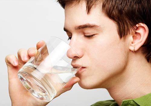 Uống nhiều nước cũng sẽ khiến bạn đi tiểu nhiều