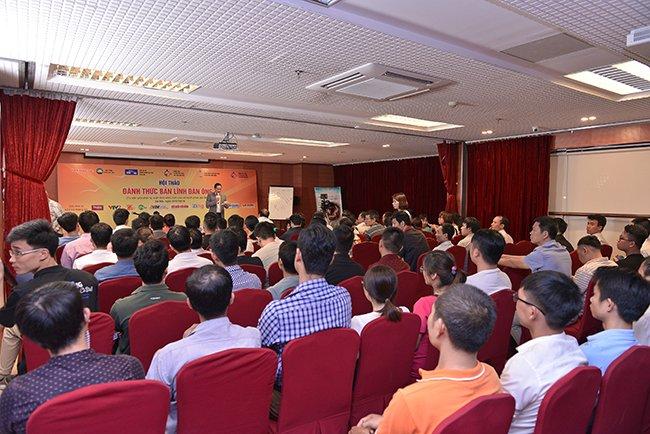 Hội trường chật kín khán giả đến tham dự chương trình