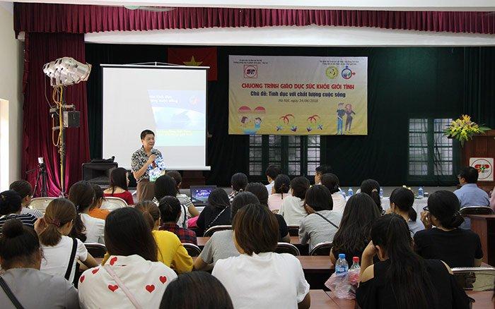 Bác sĩ Nguyễn Đình Bách thuyết trình tại buổi hội thảo