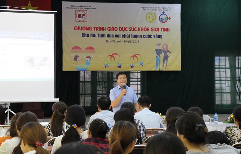 Tiến sỹ tâm lý Đinh Đoàn góp mặt trong buổi hội thảo