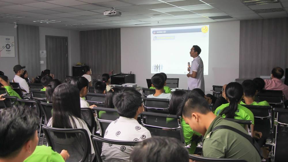 Chuyên gia sức khỏe giới tính Nguyễn Bá Toàn chia sẻ cho các bạn trẻ tại buổi tư vấn