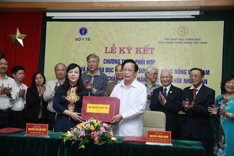 Bộ trưởng bộ y tế Nguyễn Thị Kim Tiến tặng quà cho Hội giáo dục chăm sóc sức khỏe cộng đồng Việt Nam