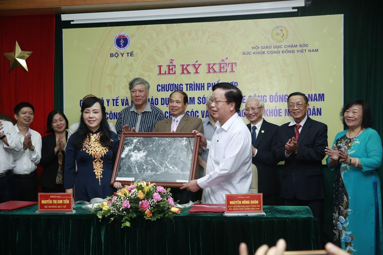 Chủ tịch Nguyễn Hồng Quân tặng quà cho Bộ Y Tế 1 bức tranh về Hồ Chủ Tịch