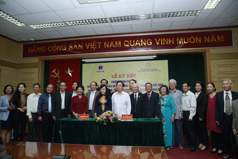 Các đại biểu của Bộ Y Tế và Hội giáo dục chăm sóc sức khỏe cộng đồng Việt Nam chụp ảnh lưu niệm